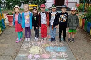 «Лето на асфальте» рисуют подготовительная и старшая группы